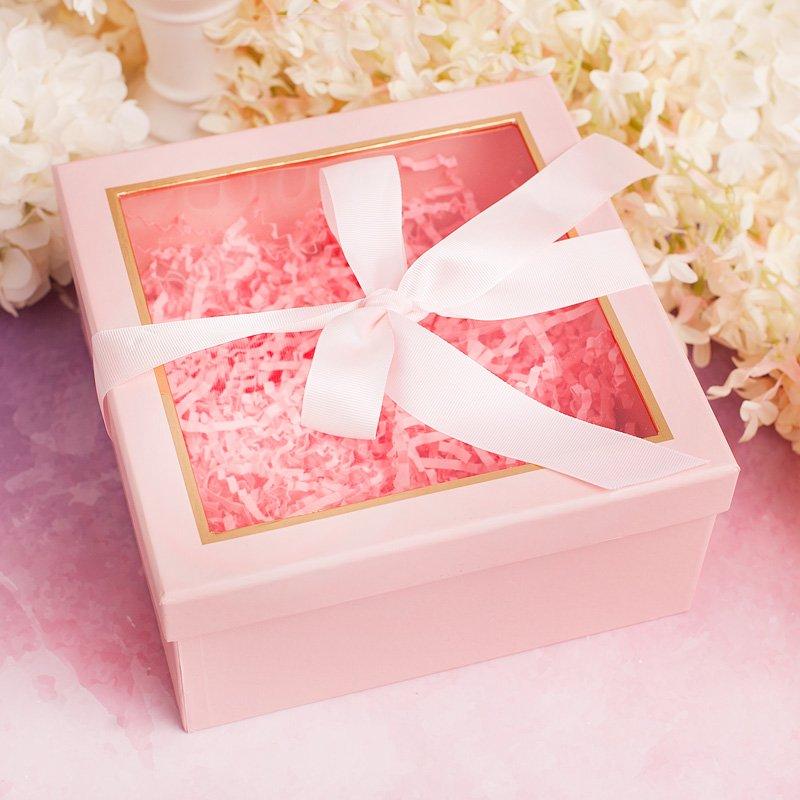 Pudełko różowe na prezent, ze wstążką na wieczku i okienkiem. Dostępny w dwóch rozmiarach.