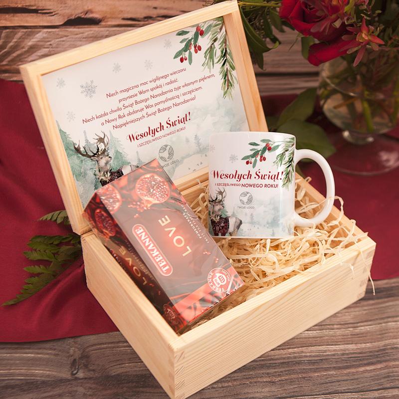 Personalizowany zestaw świąteczny w postaci skrzyni z kubkiem i herbatą. Skrzynia kubek + herbata to wyjątkowy prezent dla pracowników.