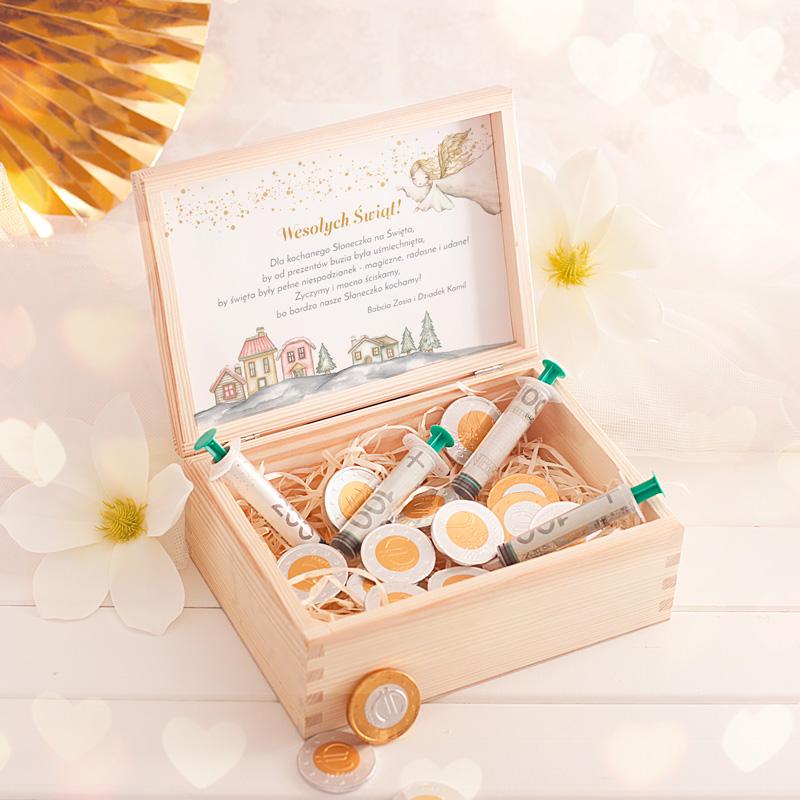 Drewniana skrzynka z życzeniami na święta ze strzykawkami na pieniądze oraz czekoladkami