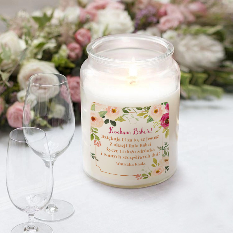 Personalizowana świeca zapachowa w ozdobnym słoju z nakrętką.