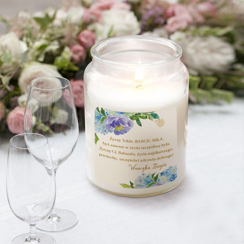 Duża świeca w szklanym słoju.