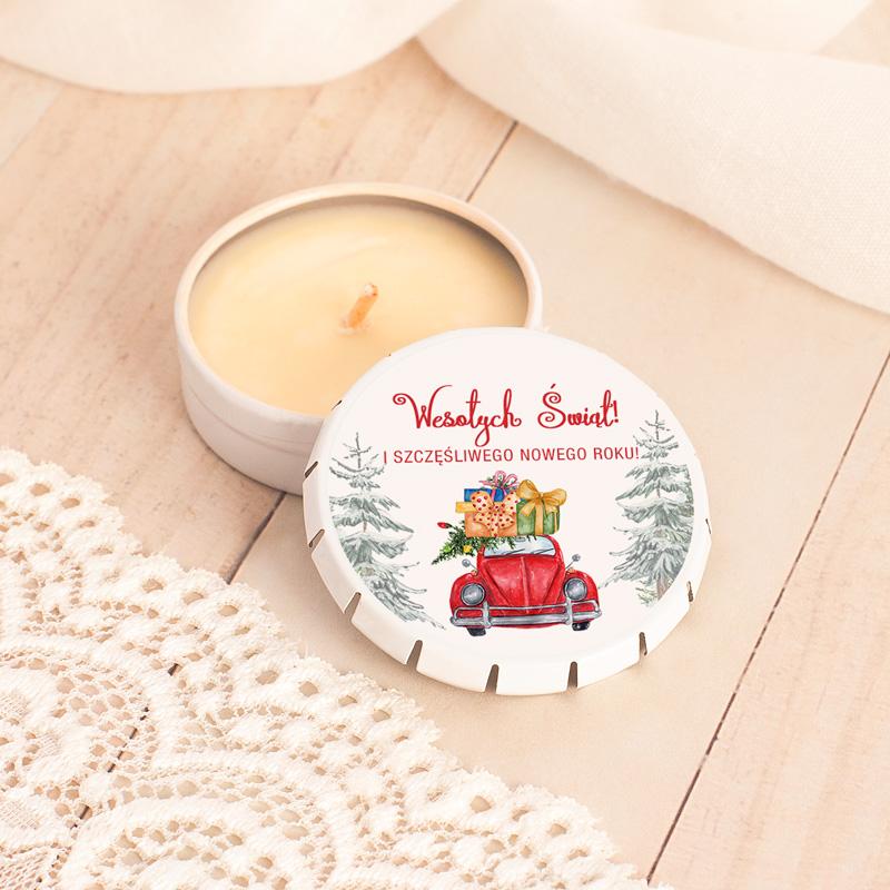 Świeczka o zapachu wanilii w okrągłym pudełeczku z etykietą na wieczku. Świąteczna grafika z napisem Wesołych Świąt.