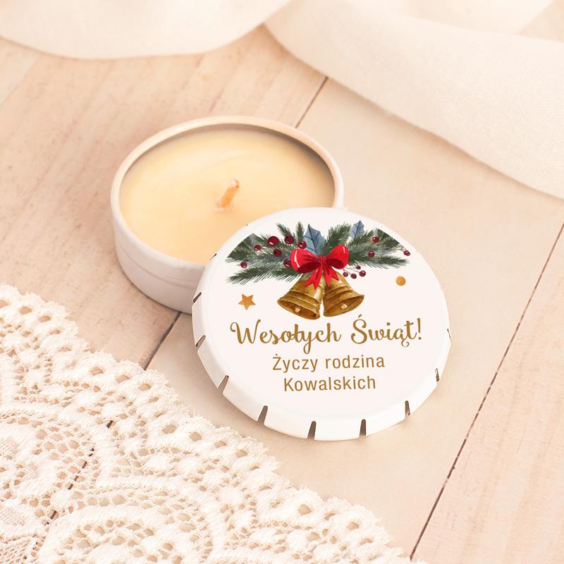 Świeczka o zapachu waniliowym w metalowym pudełku z wieczkiem, na którym znajduje się naklejka z ozdobami świątecznymi i napisem Wesołych Świąt życzy, z miejscem na podpis