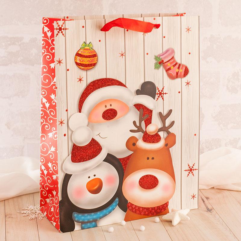 Duża torebka papierowa z motywem świąteczny Mikołaj i przyjaciele. Na torebce znajdują się brokatowe akcenty ozdobne.