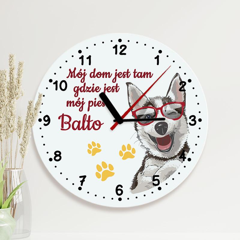 Szklany zegar wiszący z grafiką psa z napisem Mój dom jest tam, gdzie jest mój pies + imię