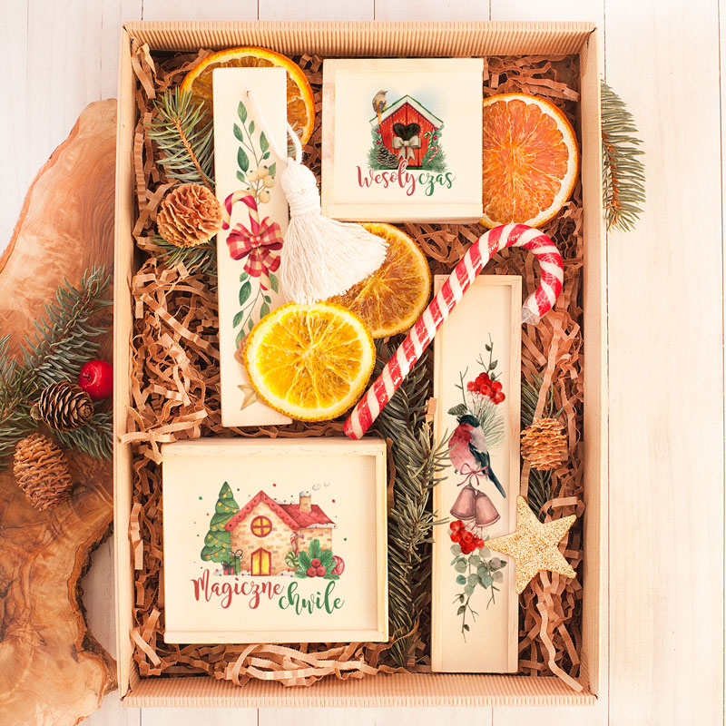 Zestaw gier w pudełku z ozdobnym wypełnieniem z suszoną pomarańczą i cukrową laską.