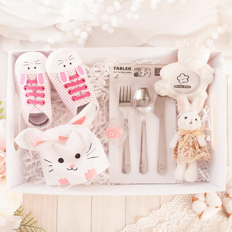 Zestaw prezentowy dla dziewczynki na urodzinki lub roczek z motywem króliczka, sztućce, maskotka, trampki, smoczek, czapka, ramka na zdjęcia