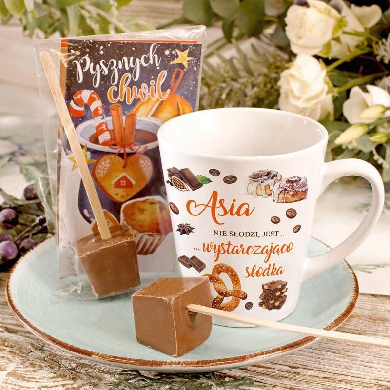 Prezent świąteczny Kubek i Gorąca czekolada na patyczku. Na kubku znajduje się świąteczna grafika z imieniem i dedykacją.
