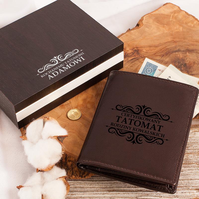 Portfel skórzany z nadrukiem i napisem Tatomat, w drewnianym pudełku, idealny prezent na Dzień Ojca