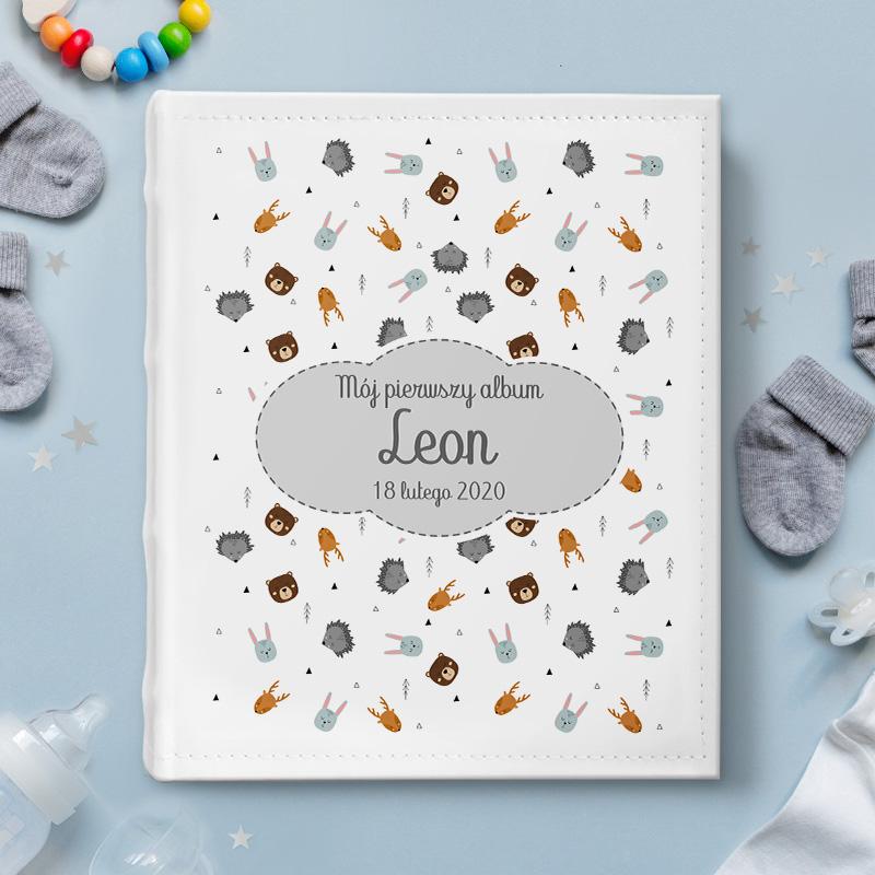 Personalizowany album na zdjęcia z nadrukiem na okładce w modnym motywie skandynawskich zwierzątek i szarej chmurki, w środku której umieścimy imię dziecka oraz datę narodzin.