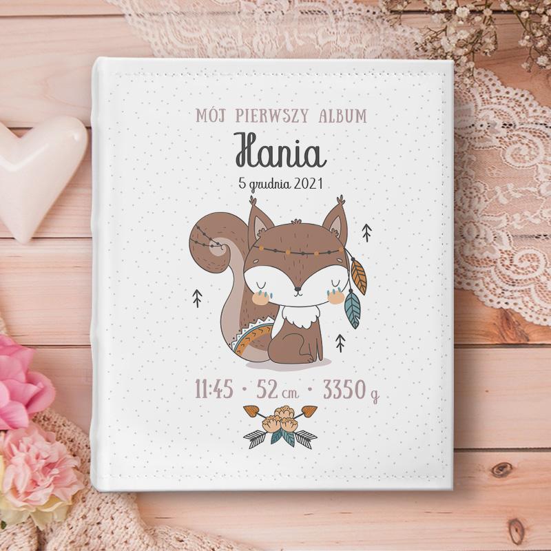 Personalizowany album na zdjęcia z nadrukiem na okładce uroczą wiewióreczką w stylu skandynawskim, na okładce umieścimy imię dziecka oraz datę narodzin.