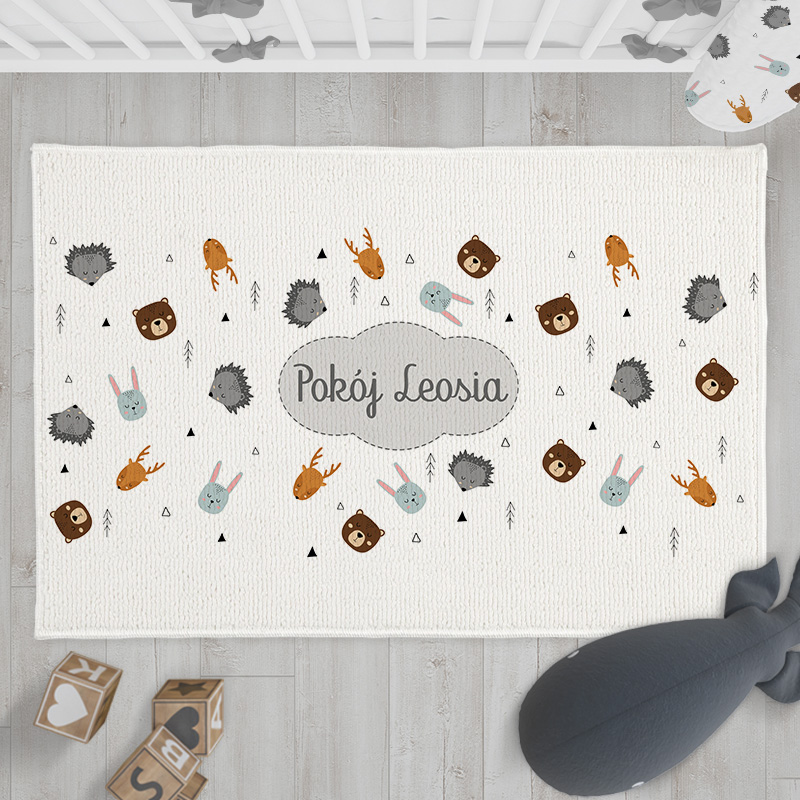 Miękki dywanik do pokoju dziecka z imieniem dziecka i motywem skandynawskich zwierzątek.