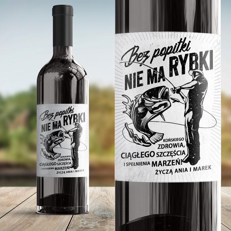 Etykieta na wino z grafiką wędkarza i ryby na wędce z zabawnym napisem i personalizowanym podpisem.