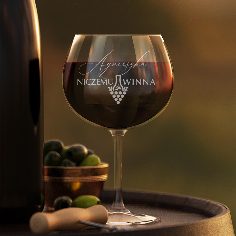 Kieliszek do czerwonego wina z grawerowanym napisem Niczemu Winna, który dopełnimy na dole imieniem