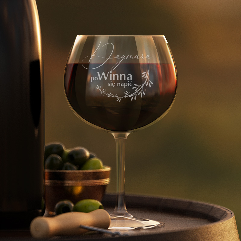 Kieliszek do czerwonego wina z grawerowanym imieniem oraz napisem poWinna się napić.