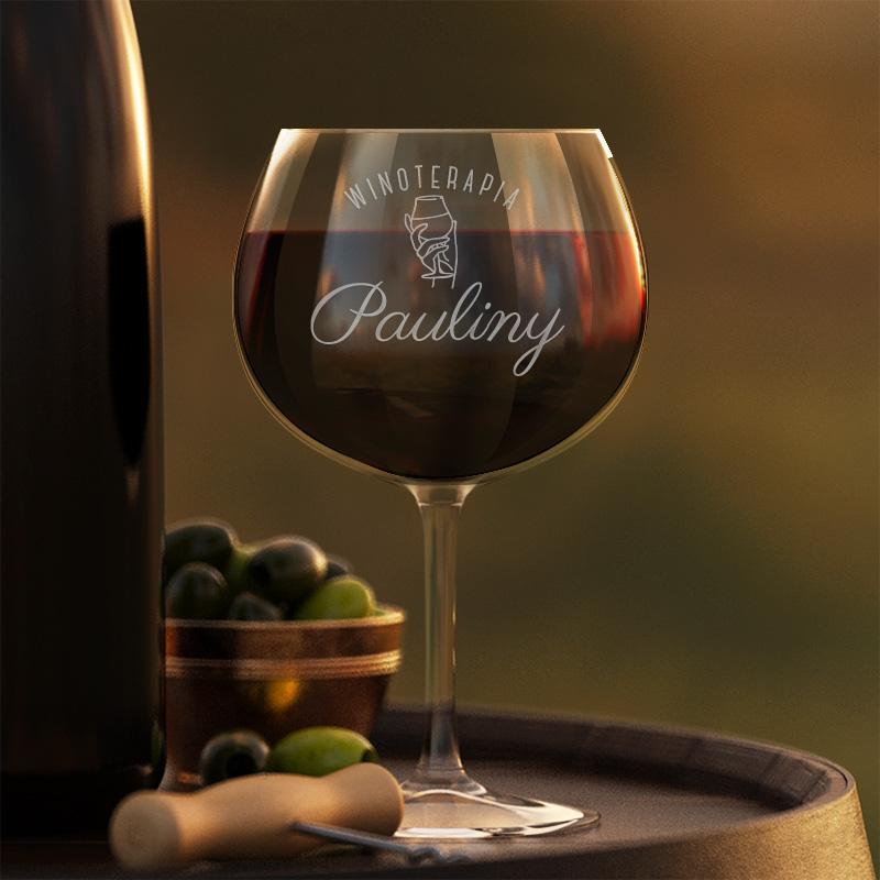 Kieliszek do czerwonego wina z grawerowanym napisem winoterapia, który dopełnimy na dole imieniem