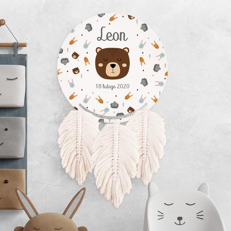 Łapacz snów personalizowany z imieniem dziecka, datą narodzin, grafiką ze wzorem w skandynawskie zwierzątka i ręcznie plecionymi piórkami.