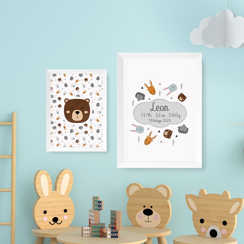 Zestaw plakaty z dziecięcym wzorem w skandynawskie zwierzątka z metryczką na jednym plakacie.