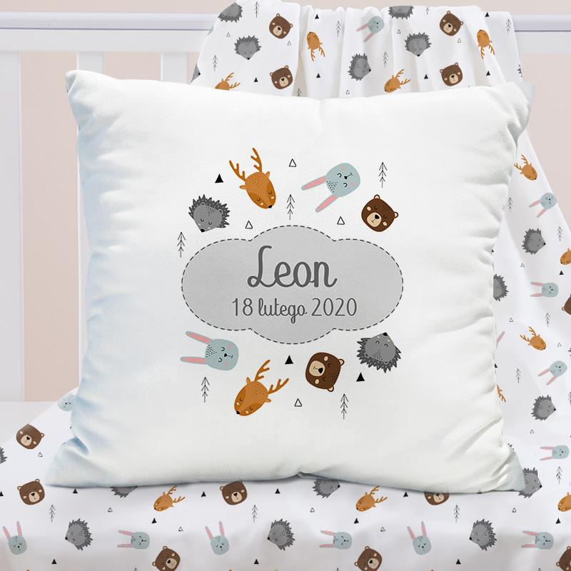 Poduszka personalizowana z modnym wzorem skandynawskie zwierzęta z imieniem dziecka i datą narodzin na poszewce dziecka.