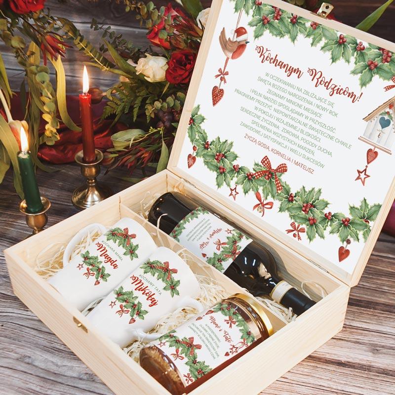 Skrzynka z upominkami świątecznymi dla rodziców w środku oraz personalizowanymi życzeniami. Kubki, miód i etykieta na wino są zawartością zestawu.