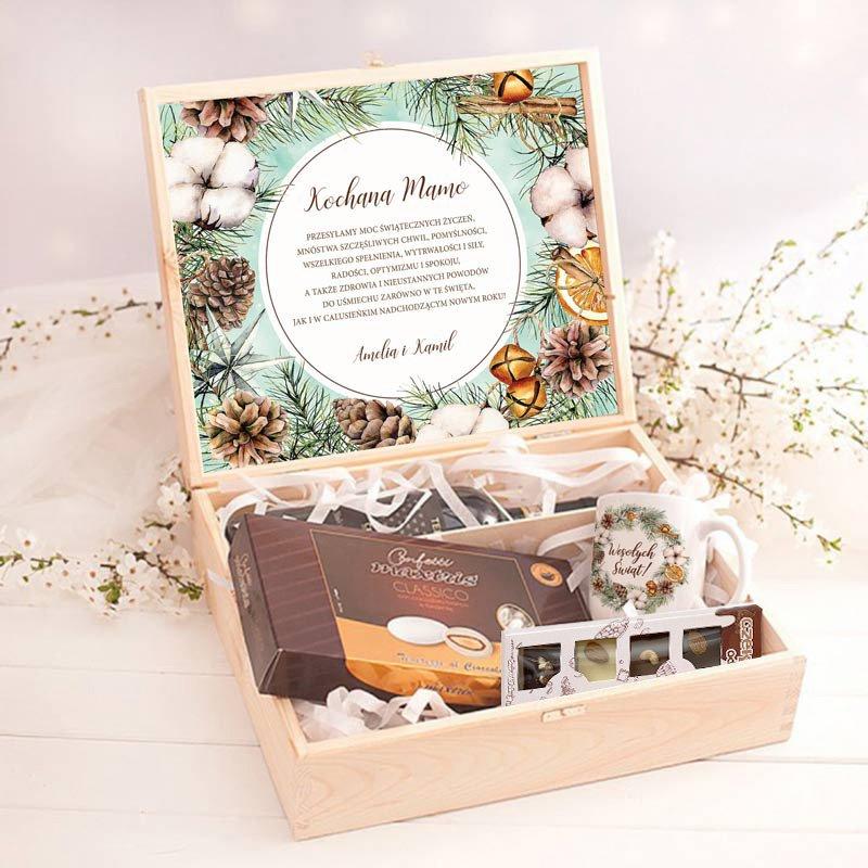 estaw w drewnianej skrzynce w postaci czekolady, migdałów i kubka w środku. Na wieczku znajduje się personalizowana etykieta z życzeniami na święta i dekoracją zimową.