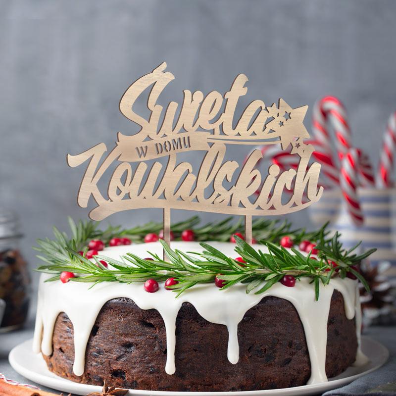 Drewniany topper na tort z nazwiskiem rodziny napisem Święta w domu...