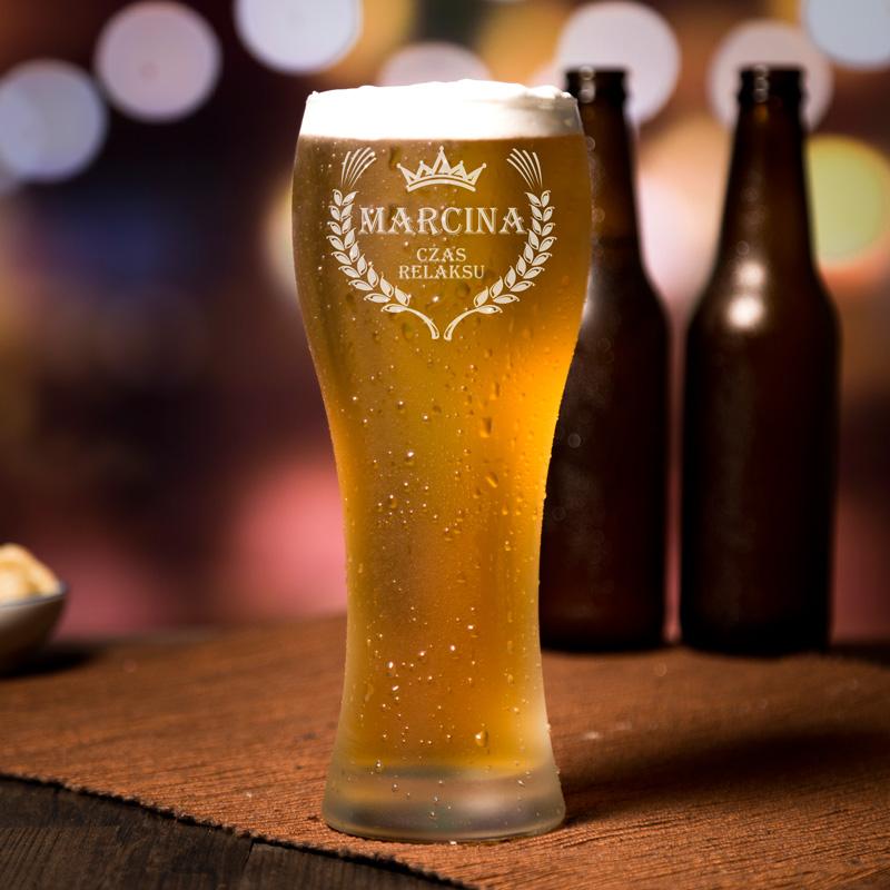 """Transparentna szklanka do piwa. Z przodu grawer z personalizacją, grafika wieńca i korona. W środku napis """"Czas Relaksu""""."""