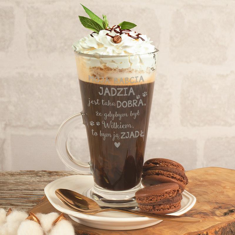 Wysoka szklanka do latte z grawerowanym napisem dla babci z jej imieniem.