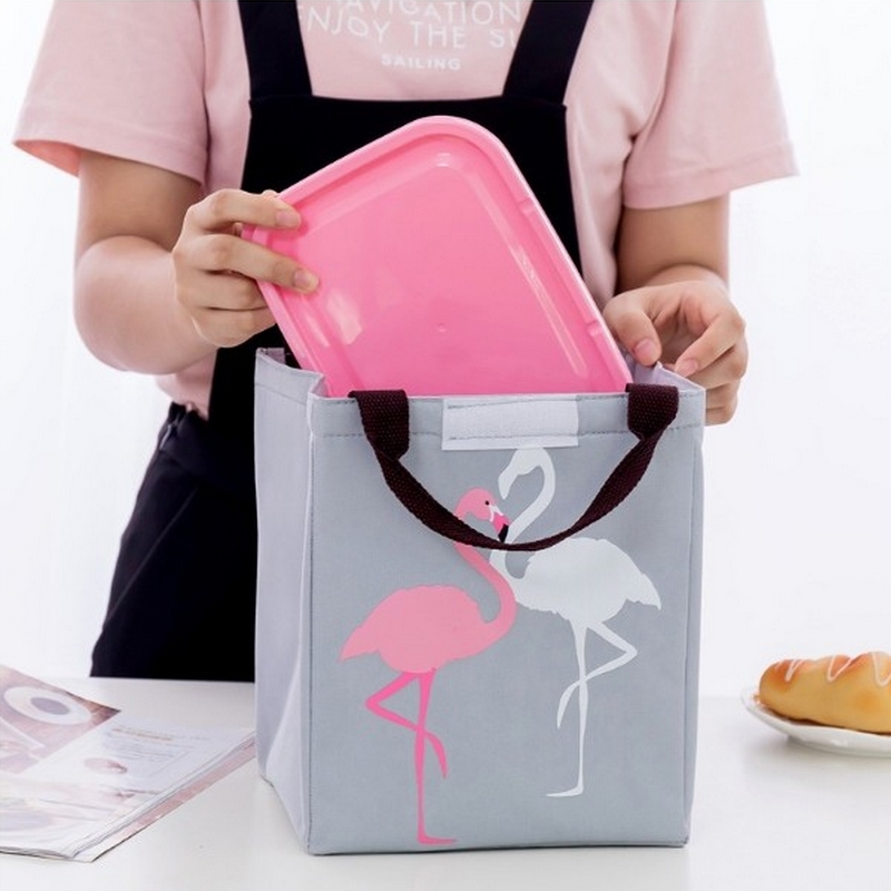 Torba termiczna na żywność i napoje z termiczną wyściółką. Torba ma wygodne rączki i modny wzór flamingów.