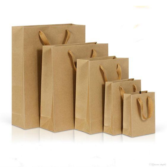 Kraftowe torebki z rączką do pakowania prezentów w trzech rozmiarach do wyboru.