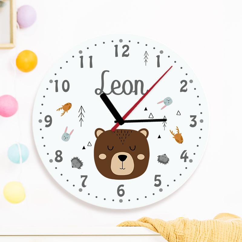 Okrągły zegar ze wskazówkami i personalizowaną grafiką na szklanej tarczy z motywem skandynawskich zwierzątek i imieniem dziecka.