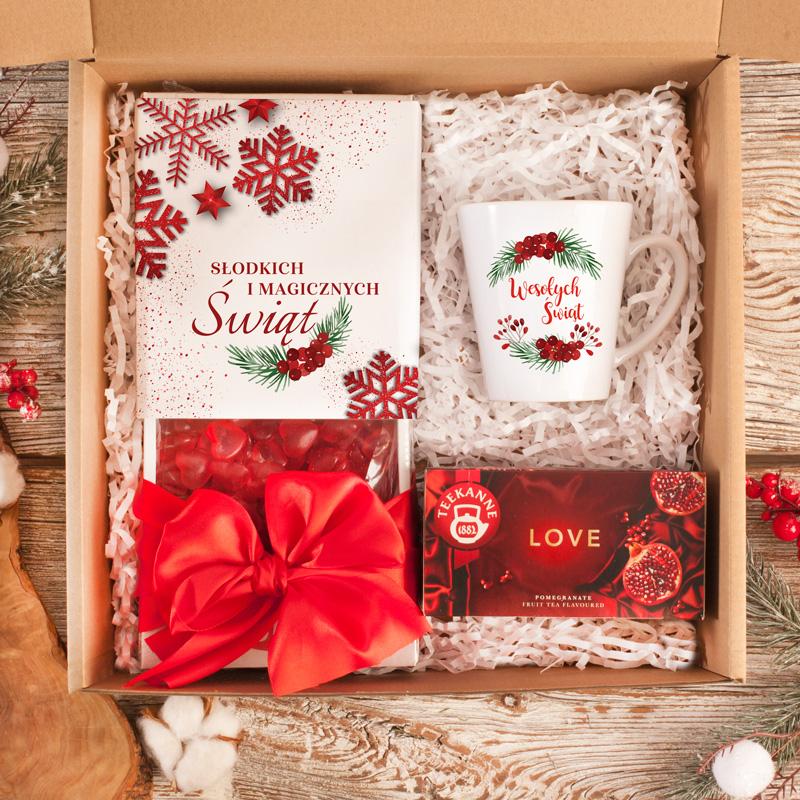 Zestaw świąteczny w pudełku z żelkami, herbatą i kubkiem.