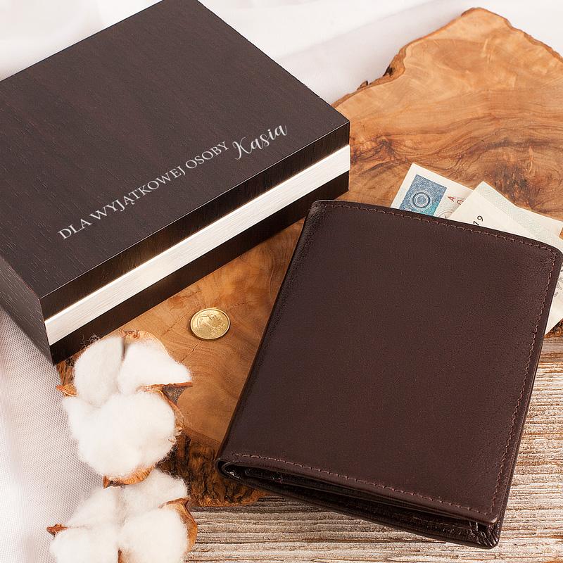Portfel skórzany z nadrukiem, w drewnianym pudełku, idealny prezent dla mężczyzny