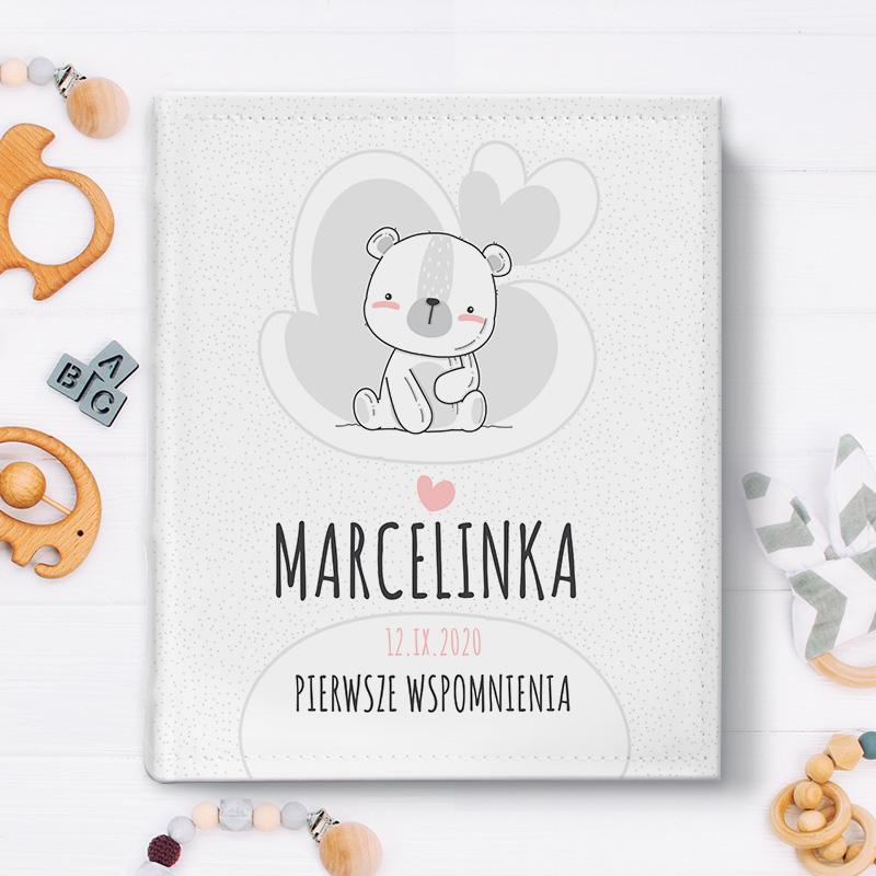 Album do wklejania zdjęć z personalizowaną okładką z eko skóry, na której widnieje obrazek z białym misiem, imieniem dziecka oraz datą narodzin i tytułem najpiękniejsze wspomnienia.