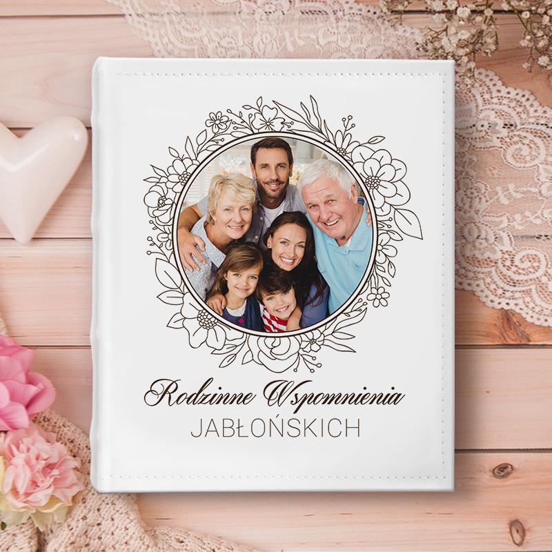 Album do wklejania zdjęć z personalizowaną okładką na której widnieje zdjęcie rodzinne oraz napis Rodzinne Wspomnienia + nazwisko.