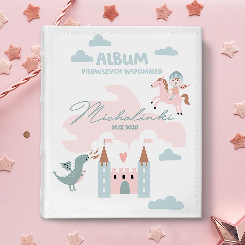 Album do wklejania zdjęć z personalizowaną okładką na której znajduje się dedykacja z imieniem dziecka i motywem dekoracyjnym z kolekcji Bajkowe Królestwo.