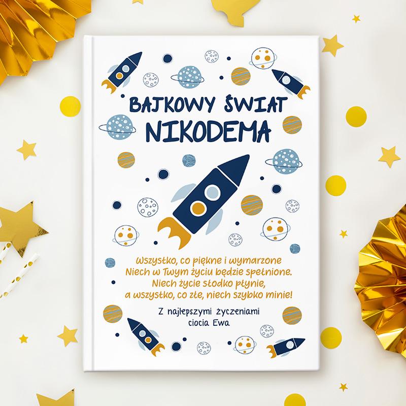 Książka z bajkami dla dziecka posiada twardą okładkę, wzbogaconą o grafikę z kosmicznym motywem oraz personalizację w postaci imienia dziecka, życzeń oraz podpisu od kogo jest prezent.