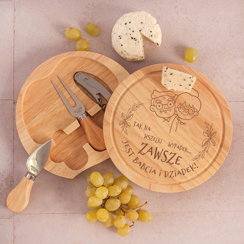 Zestaw do serwowania serów i wędlin. Na wieczku znajduje się dedykacja dla ukochanych dziadków.