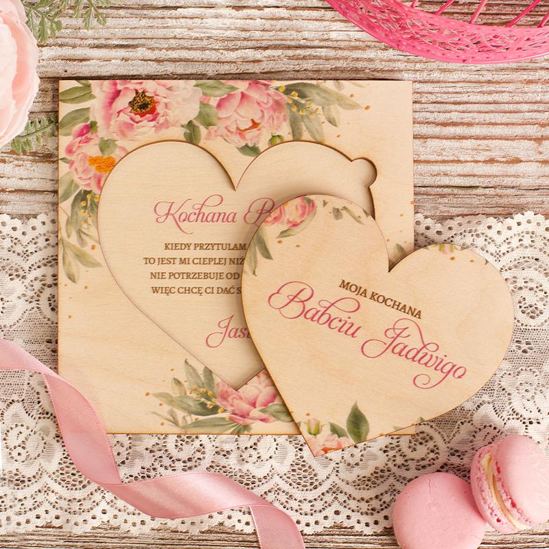 Drewniana laurka dla babci z wyciąganym sercem, życzeniami i persnalizowanym podpisem.