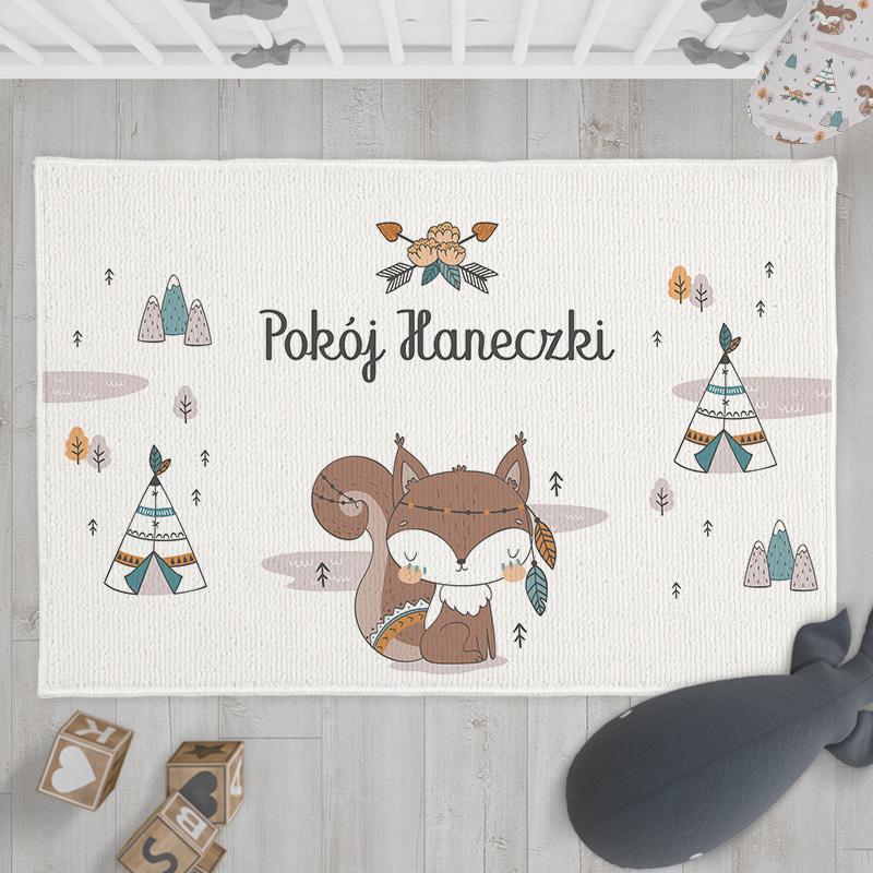 Dywanik z imieniem dziecka to efektowna dekoracja do pokoju dziewczynki. Zawiera uroczą grafikę z kolekcji Wiewióreczka
