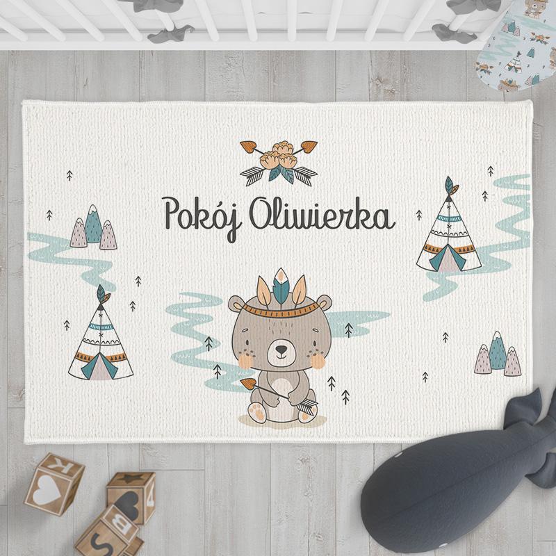 Dywanik z imieniem dziecka to efektowna dekoracja do pokoju dziecinnego. Zawiera uroczą grafikę z kolekcji Miś Indianin