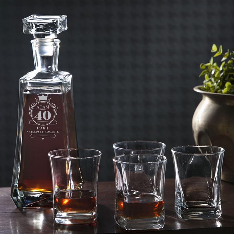 Personalizowany zestaw Karafka i 4 szklanki do whisky z grawerowanym napisem na okrągłe urodziny.
