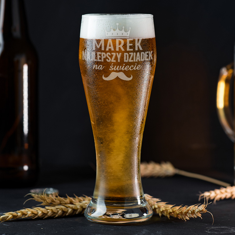Szklanka do piwa z grawerowanym napisem Najlepszy dziadek z imieniem, koroną i wąsami.