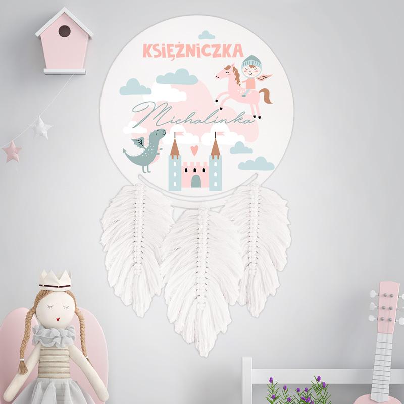 Łapacz snów z imieniem dziecka to idealna dekoracja do dziecięcego pokoiku, wzbogacona o grafikę Bajkowego Królestwa.