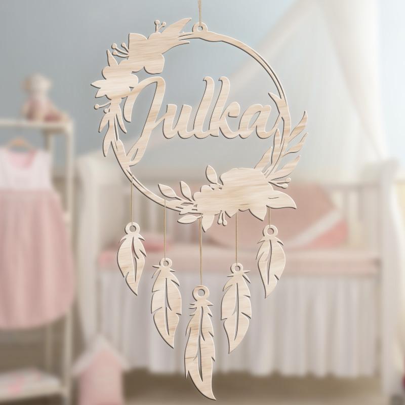 Dekoracja do pokoju dziecka w postaci łapacz snów z imieniem dziecka.
