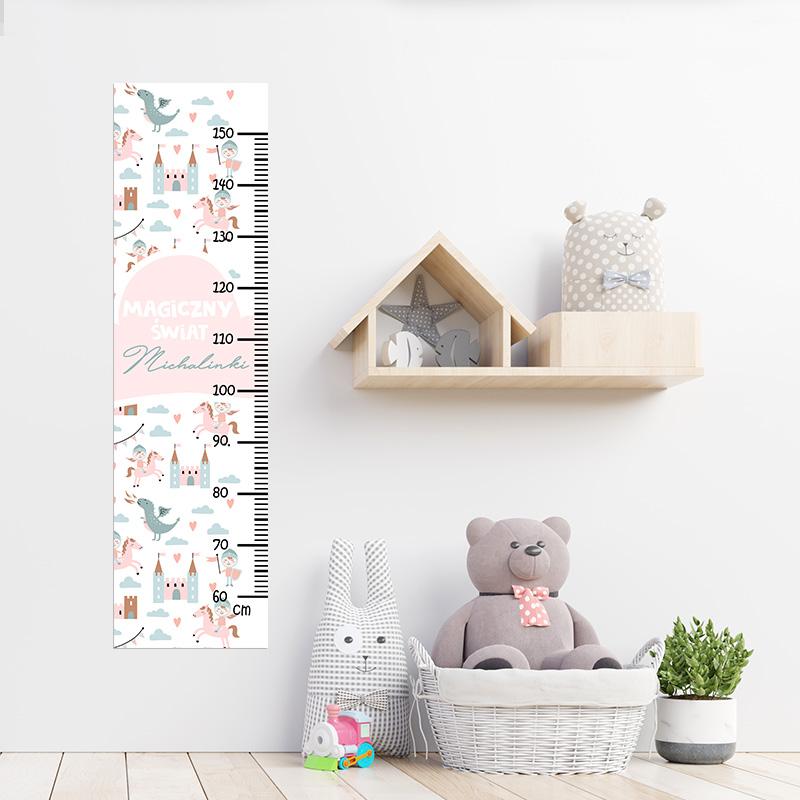 Personalizowana miarka wzrostu do zawieszenia na ścianie w pokoju dziecka, z grafiką w motyw bajkowego zamku ze smokiem, rycerzem i zamkiem. Między obrazkami znajduje się miarka w centymetrach oraz imię dziecka.