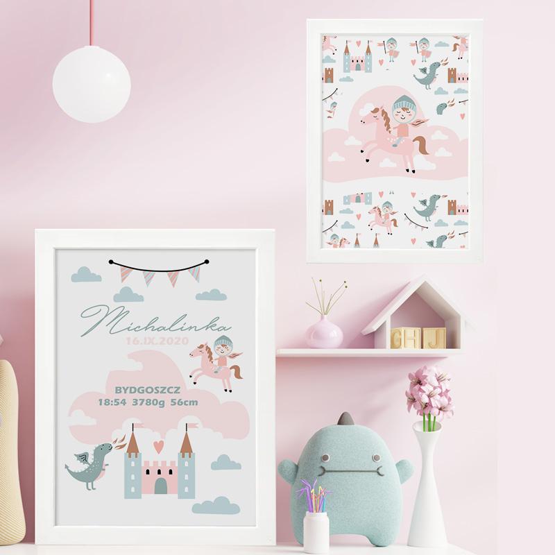Dekoracyjny zestaw plakatów do pokoju dziewczynki. Plakaty wzbogacone są o grafikę, która przedstawia zamek, smoka oraz rycerza. Wszystkie elementy zachowane są w różowej kolorystyce.