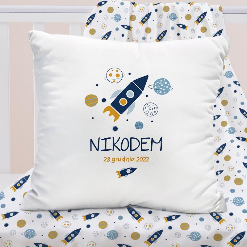 Poduszka do dziecięcego pokoju, wzbogacona o grafikę z kosmicznym motywem oraz personalizacją w postaci imienia oraz daty urodzenia chłopca.