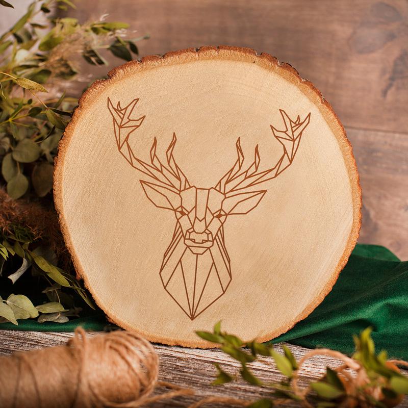 Plaster drewna z geometrycznym jeleniem na powierzchni dekoracja wnętrza.