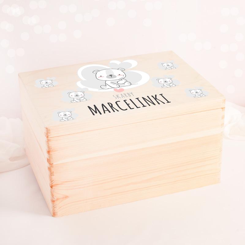 Duża skrzynia na zabawki wykonana z drewna, posiada wieczko udekorowane grafiką z białym misiem oraz imieniem dziecka.